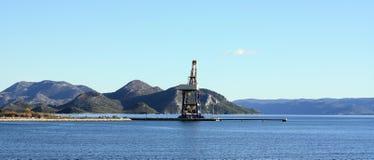 Kran, der die Szene beherrscht Hafen nahe Stadt von Ploce Lizenzfreie Stockfotografie