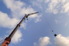 Kran, der ein Stahlpanel anhebt Lizenzfreies Stockbild