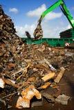 Kran, der eine Lieferung mit der Wiederverwertung des Stahls belädt Lizenzfreies Stockfoto