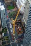 Kran an der im Stadtzentrum gelegenen Baustelle Lizenzfreies Stockfoto