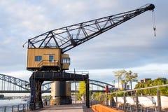 Kran in einem Hafen Stockbild