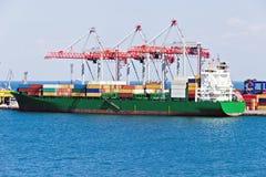 Kran för hamn för behållareskepp Kommersiell port för Odessa hav arkivbild