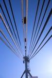 Kran för stålrep mot himlen Arkivfoton