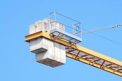 Kran för torn för konstruktionsbransch mot klar blå himmel arkivfoto