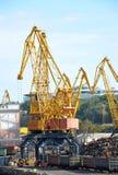 Kran, Güterzug und Altmetall stockfotografie