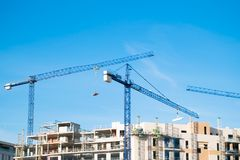 Kran, Gebäude und blauer Himmel Stockfotografie