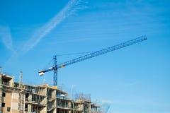 Kran, Gebäude und blauer Himmel Stockfotos