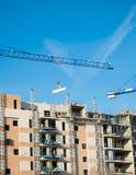 Kran, Gebäude und blauer Himmel Lizenzfreie Stockfotos