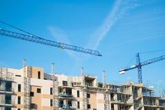 Kran, Gebäude und blauer Himmel Lizenzfreies Stockfoto