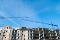 Kran, Gebäude und blauer Himmel Stockfoto
