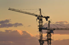 Kran im Aufbau, Dämmerung Lizenzfreies Stockfoto