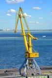 Kran im Seehafen Stockfotos