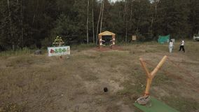 kran Man att spela ilskna fåglar för verkliga livet med den jätte- katapulten på kanten av skogen lager videofilmer