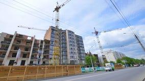 Kran mot himmel som bygger ett nytt flerbostadshus nytt mång--våning hus Byggande kran och byggande under konstruktion arkivfilmer