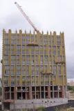 Kran- och byggnadskonstruktion på himmelbakgrund Royaltyfria Foton