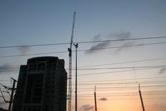 Kran- och byggnadskonstruktionsplats mot blåttskyen Royaltyfria Foton