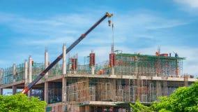 Kran- och byggnadskonstruktionsplats mot blåttskyen Royaltyfri Fotografi