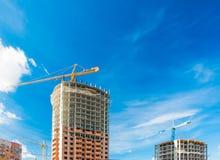 Kran och höghus under byggnationer Arkivfoto