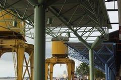 Kran- och takstrukturer på Estação das Docas flodport Arkivfoton