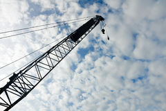 Kran ovanför blå himmel Arkivfoto