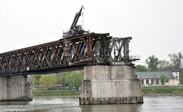 Kran på den gamla bron Arkivbilder