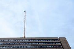 Kran på en konstruktionsplats över en kontorsbyggnad för 70 ` s av socialistisk stil för närvarande i renovering i centrum av Bud Arkivfoto