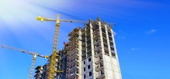 Kran på konstruktionen av residental byggnad Arkivfoto