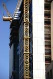 Kran på skyskrapa Fotografering för Bildbyråer