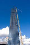 Kran på skyskrapabyggnadsplats Arkivbilder
