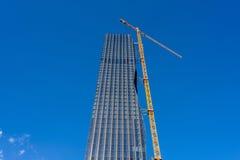 Kran på skyskrapabyggnadsplats Royaltyfria Bilder