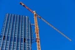 Kran på skyskrapabyggnadsplats Fotografering för Bildbyråer