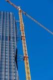 Kran på skyskrapabyggnadsplats Arkivbild