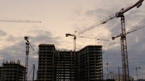 Kran som arbetar i stor konstruktionsplats stock video