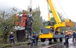 Kran som lyfter den kraschade lastbilen Royaltyfri Fotografi