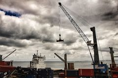 Kran und Behälter auf dem Dock im Hafen von Lissabon stockfotos