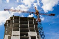 Kran und das Haus im Bau Stockfoto