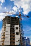 Kran und das Haus im Bau Stockfotos