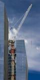Kran und Gebäude Lizenzfreie Stockfotos