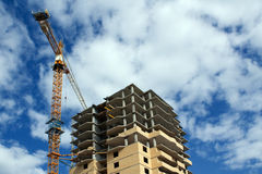 Kran und Gebäude Lizenzfreie Stockbilder