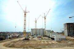 Kran und gegen blauen Himmel im Bau errichten Stockfotografie