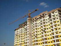 Kran und unfertiges Gebäude lizenzfreies stockfoto