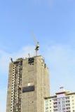 Kranar i konstruktionsplats med blå himmel Royaltyfri Foto