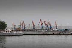 Kranar i port med fattiga färger Royaltyfri Foto