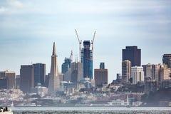 Kranar lyfter till himlen, som nybyggnad ändrar den San Francisco horisonten Royaltyfri Foto