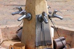 Kranar med vatten och speciala koppar för en ritual royaltyfri bild