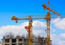 Kranar och arbetare på konstruktion av residental byggnad Fotografering för Bildbyråer