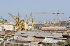 Kranar och docks på den Malta hamnen Arkivfoto
