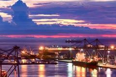 Kranar och industriella lastfartyg Royaltyfri Fotografi