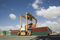 Kranar och lastbehållare på skeppsdockan arkivfoto