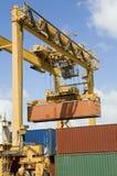 Kranar och lastbehållare på skeppsdockan royaltyfri fotografi